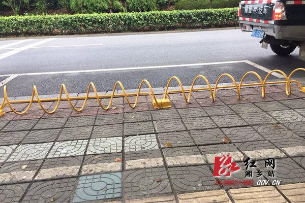 城管局:涟滨北路摩托车自行车有了专属停车位