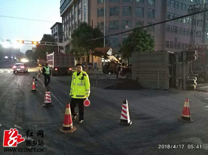 公安局:车辆侧翻致国道受阻 交警深夜奋战保畅通