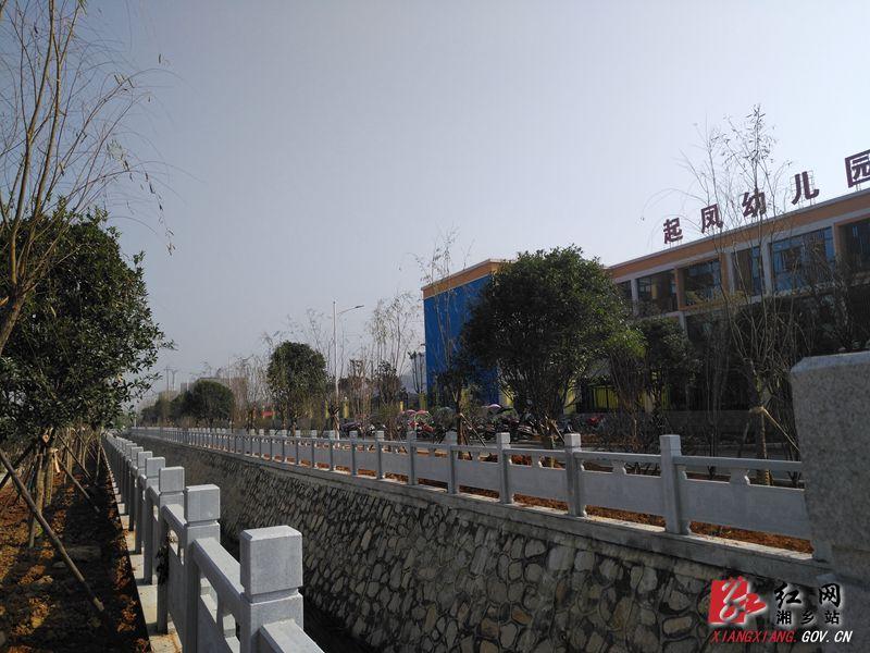 东山投:起凤学校段景观渠护栏及风光带竣工(图文)