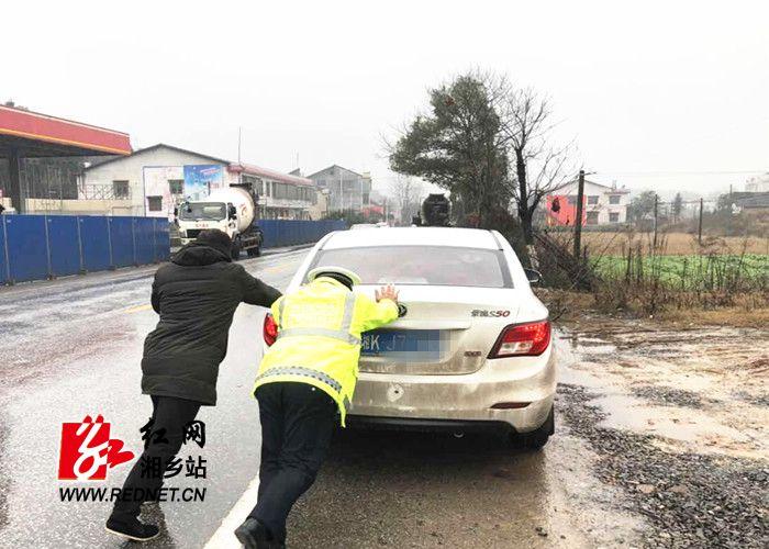 公安局:小车雨中抛锚 交警热情相助