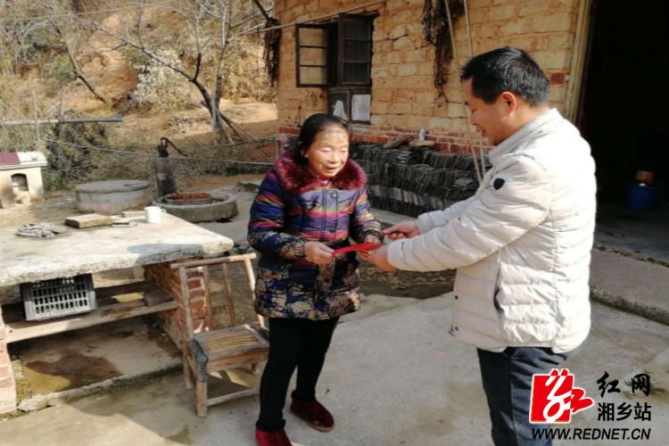 梅桥镇:情系贫困难家庭  春节关怀暖人心