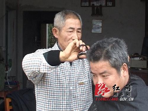 甘当义务理发师的花甲老人李湘生