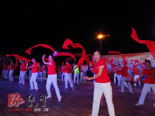 《五星红旗》和《花季雨季》,太极拳表演,广场舞健身操等群众文化展演