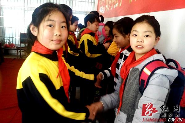 老师和幼儿握手图片