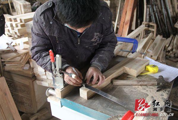 """精细测量,不容分毫差误。 打槽时槽边和槽深尺寸必须按照图纸要求做到分毫不差,并注意不能猛推、猛进,以免崩茬、破损。""""榫卯结构对木工的匠艺有相当高的要求,很多时候在尺寸上哪怕有0.1毫米的误差,都能让家具无法完成组装,榫卯结构相差分毫就按装不上去。""""陈双辉表示。 """"伸缩缝""""四两拨千斤的秘密"""