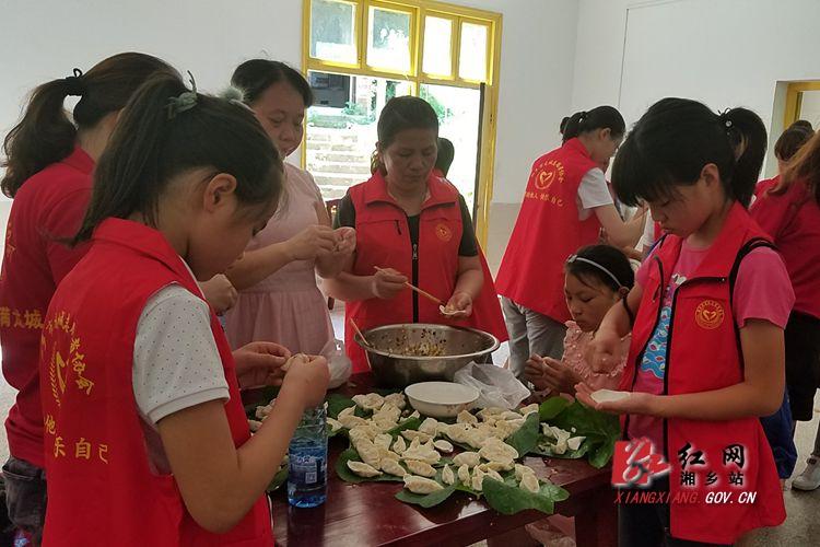 爱心夏令营:包饺子送给敬老院的老人