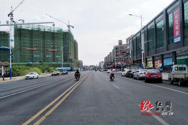 东山新城停车的尴尬:起凤路该不该施划停车位?