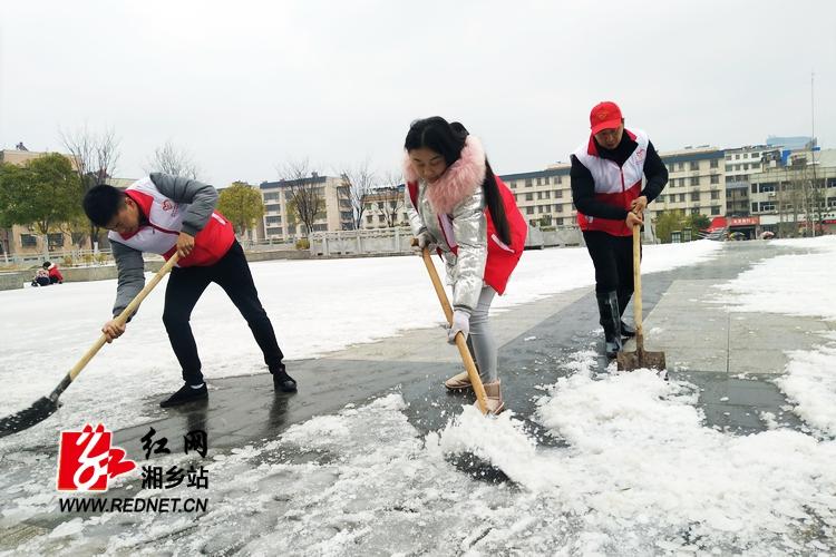 """顶风冒雪 """"志愿红""""彰显龙城温度"""