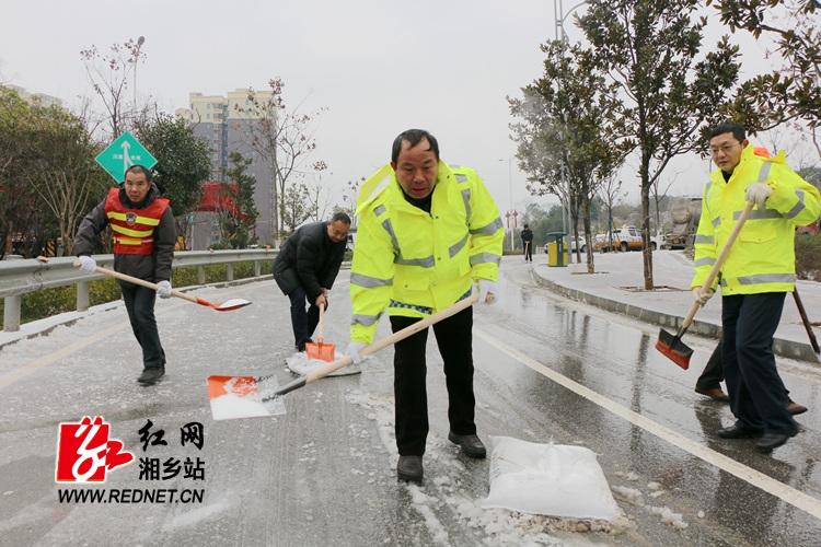 """融雪破冰 """"公路人""""奋战道路一线"""