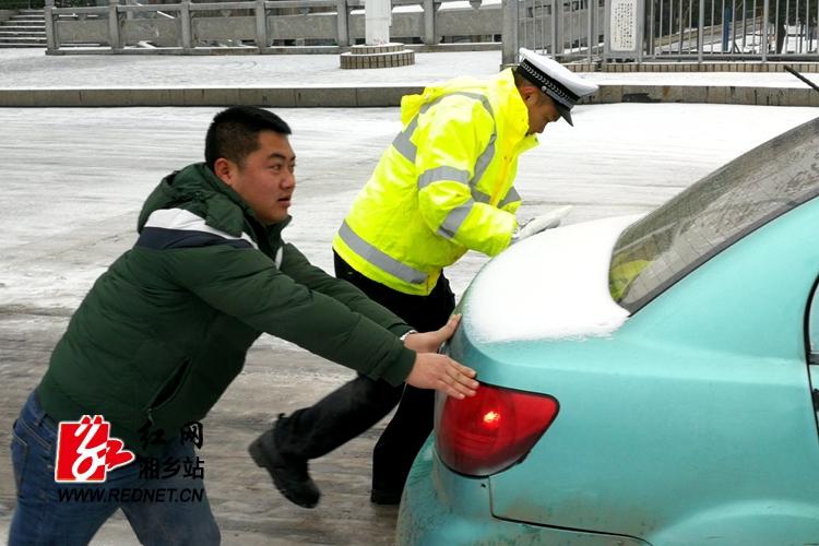 冰雪天行路难,交警全员上路保畅通!