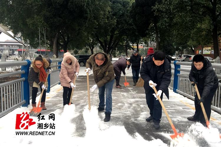 园林处雪后清扫忙 确保市民游园安全
