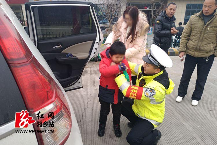 粗心妈妈专注玩手机弄丢娃 湘乡高警及时帮忙寻回