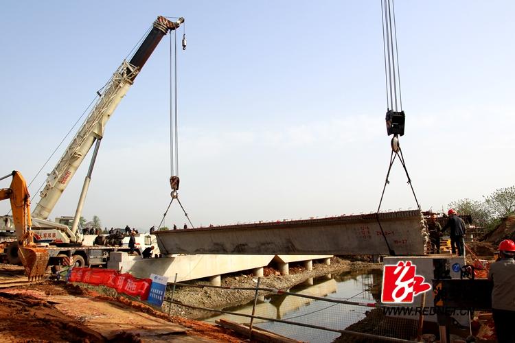 G320绕城线湘乡城区段泉塘中桥首片预制箱梁吊装顺利完成