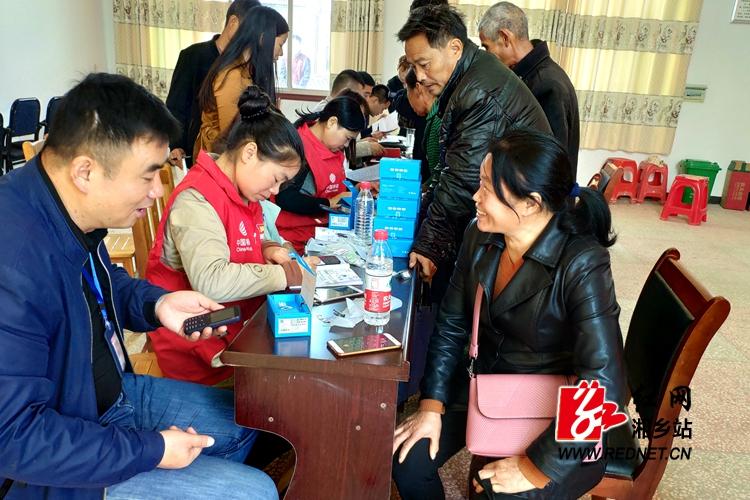 中国移动助力脱贫攻坚  给贫困户送手机