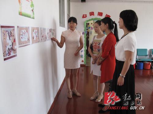 陈艳英一行实地察看东方红学校少先队阵地建设.