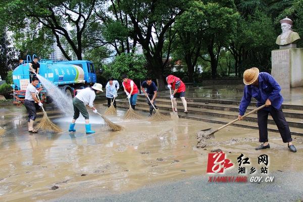 湘乡启动灾后建设 千余名志愿者和干部职工上岛清淤