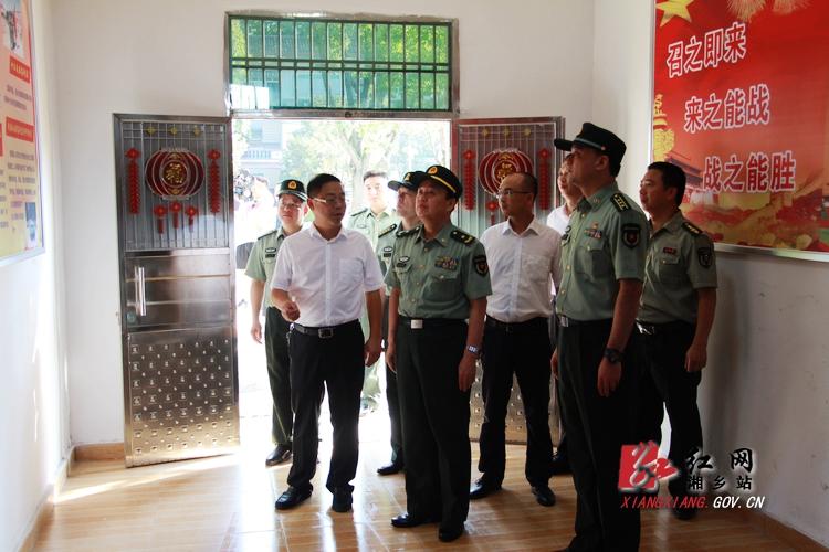 省军区司令员黄跃进来湘乡调研指导基层武装工作