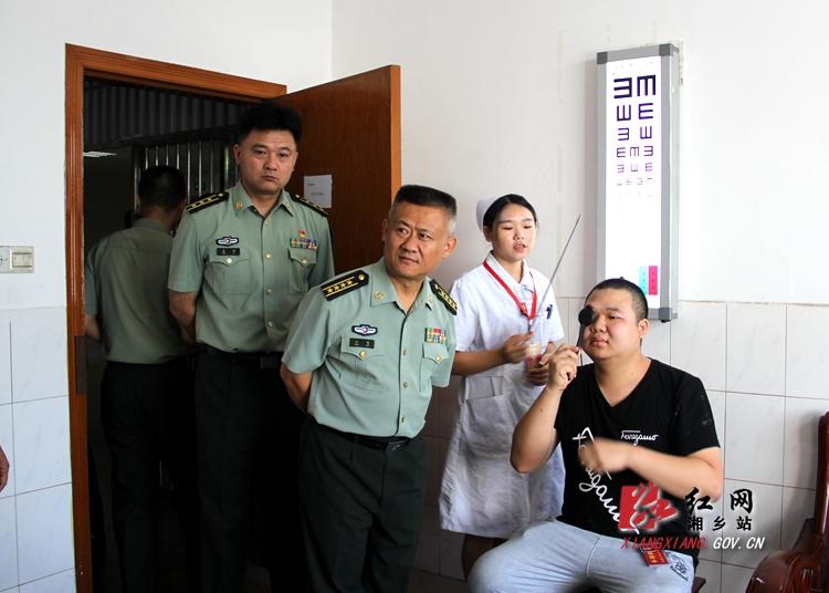 湘潭军分区副司令员江鸣来湘乡督导征兵工作