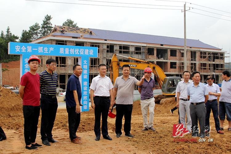 周俊文赴金石工业园现场调度项目建设前期工作