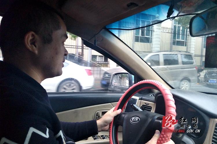 早上9点整,出租司机杨明准时打开广播,收听十九大.jpg