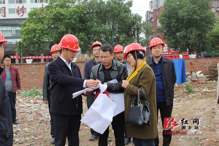 周俊文调度云门广场提质改造项目建设