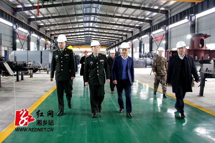 湘潭军分区政委刘新文来我市调研党管武装工作