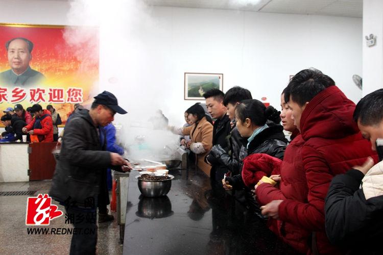 沪昆高速湘乡段交通管制 滞留旅客得到妥善安置