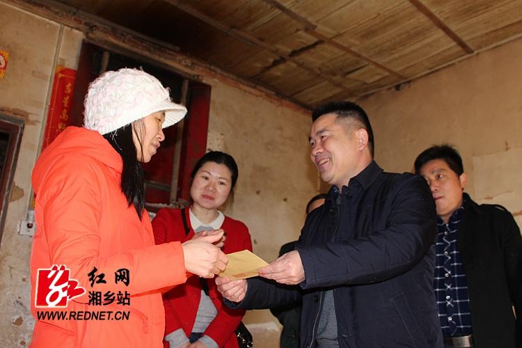 彭初阳走访慰问困难职工和劳模代表