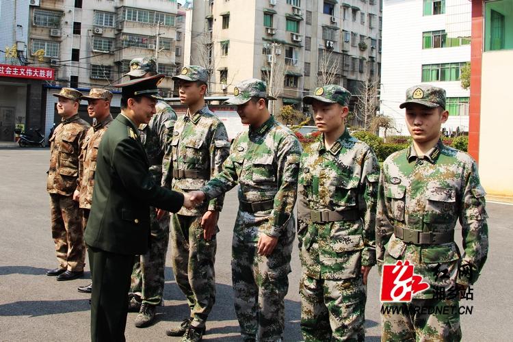 湘潭军分区司令员贺建来湘乡调研人武工作
