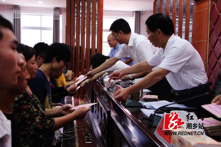 湘乡105名大学生获资助 每人获得助学金